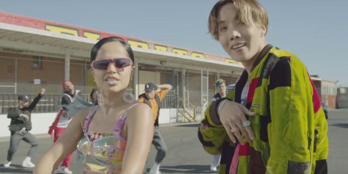 Becky G y j-hope de BTS en el videoclip de 'Chicken Noodle Soup'