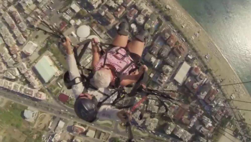 El impactante aterrizaje de emergencia de un parapente con una anciana en Turquía