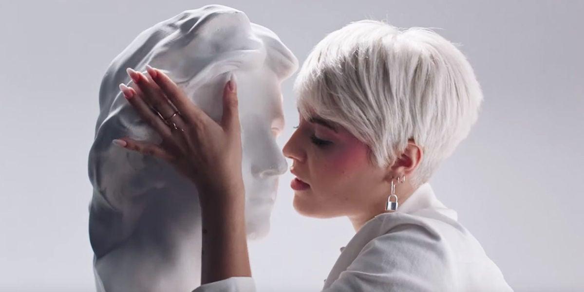 Alba Reche en el videoclip de 'Medusa'