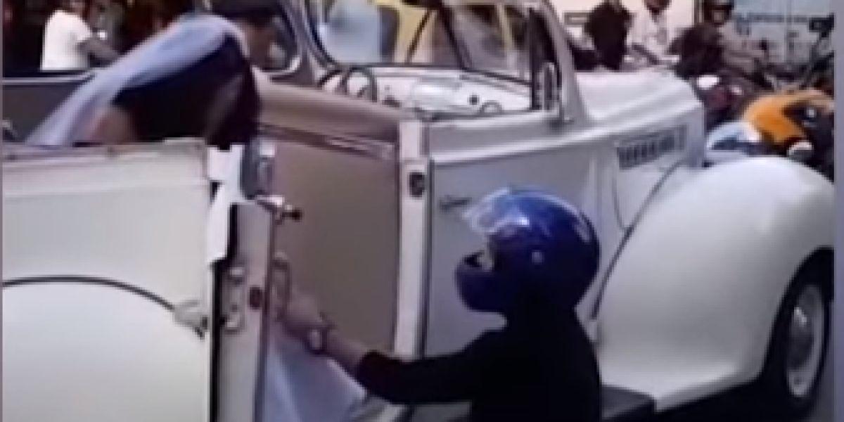 El momento en el que un hombre trata de impedir la boda de su expareja