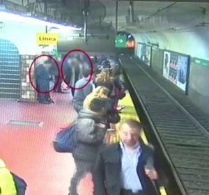 Un joven se desmaya en el metro de Buenos Aires y empuja a una mujer a las vías