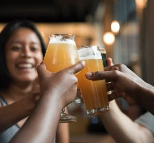 Un grupo de amigos brindando con cerveza