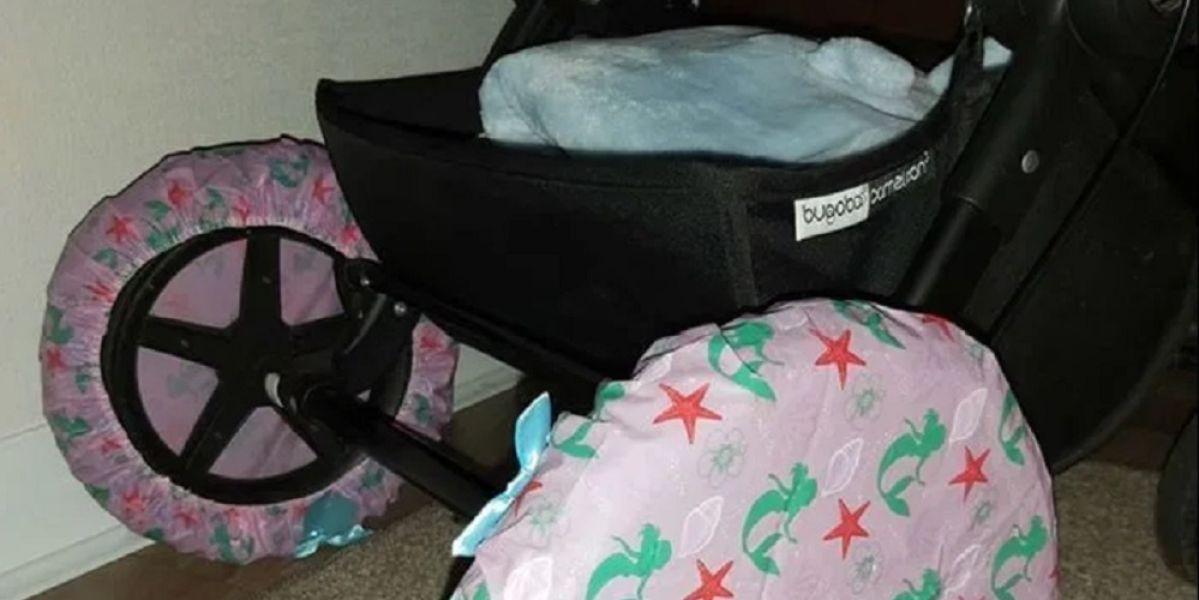 Imagen del carrito al que una madre le ha puesto gorros de ducha en las ruedas
