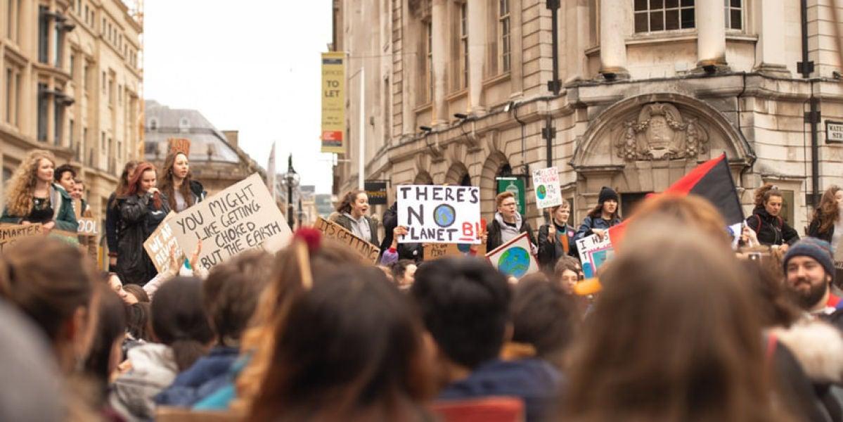 menores protestando contra el cambio climático