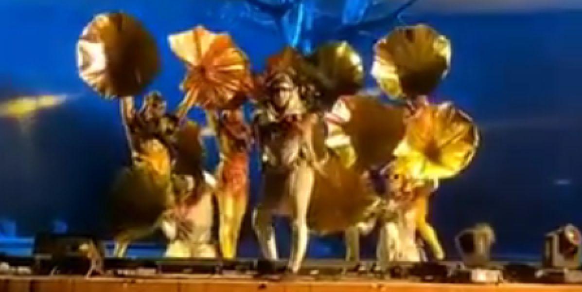 Momento en el que un hombre apuñala a cuatro actores españoles en un espectáculo en Riga