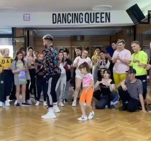 Una niña de 7 años sorprende a la red con su coreografía a ritmo de Daddy Yankee
