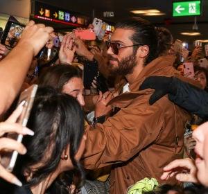 El tremendo recibimiento del actor Can Yaman en el aeropuerto de Madrid