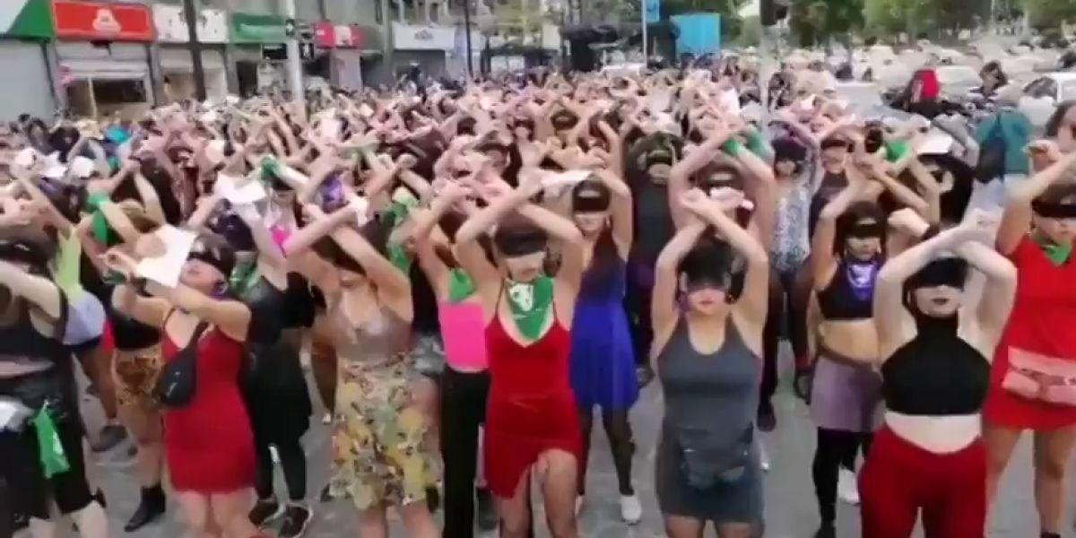 """La actuación reivindicativa de las feministas chilenas por el 25N: """"Y la culpa no era mía, ni dónde estaba, ni cómo vestía"""""""