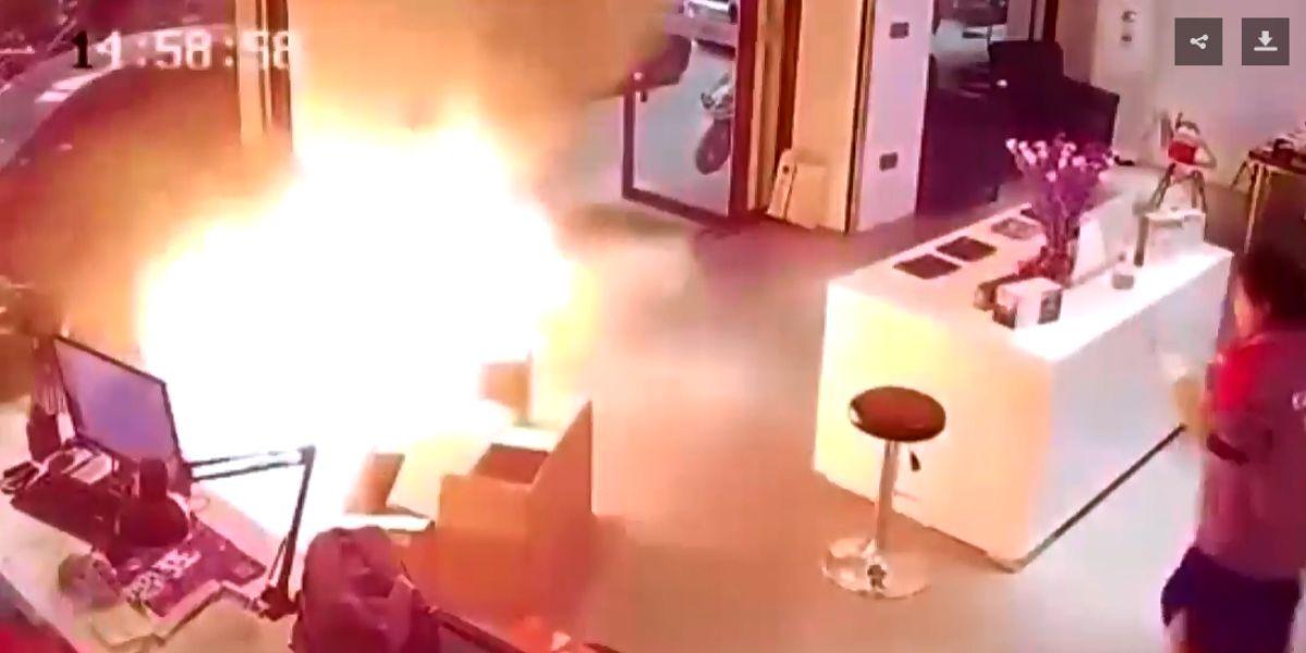 El momento en el que explota una batería de un coche eléctrico en una tienda