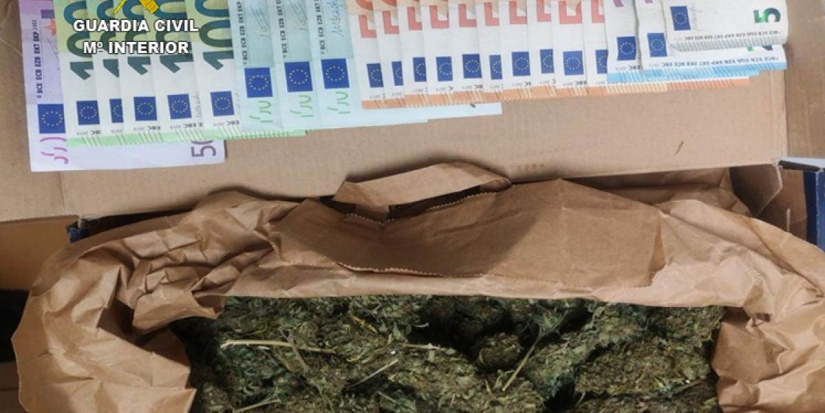 Dinero y cannabis incautado por la Guardia Civil en una operación contra el narcotráfico en Mallorca.