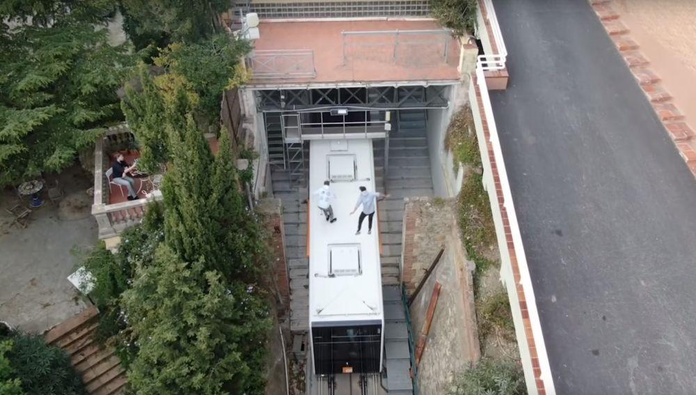 Dos jóvenes saltan a un tren en marcha en Barcelona