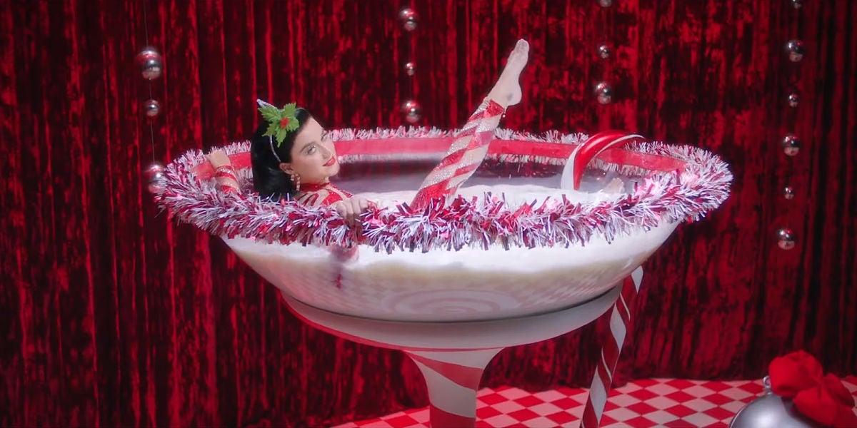 Katy Perry en el vídeo de 'Cozy Little Christmas'