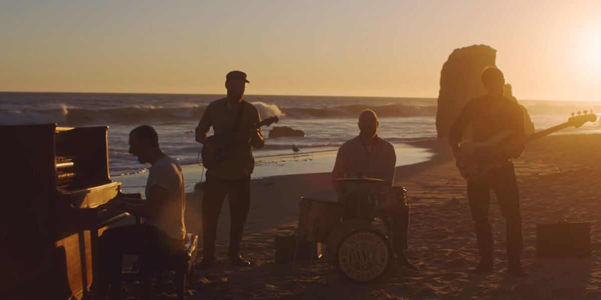Coldplay en el videoclip de 'Everyday Life'