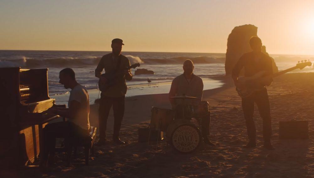 Coldplay en el videoclip de 'Everyday Life'