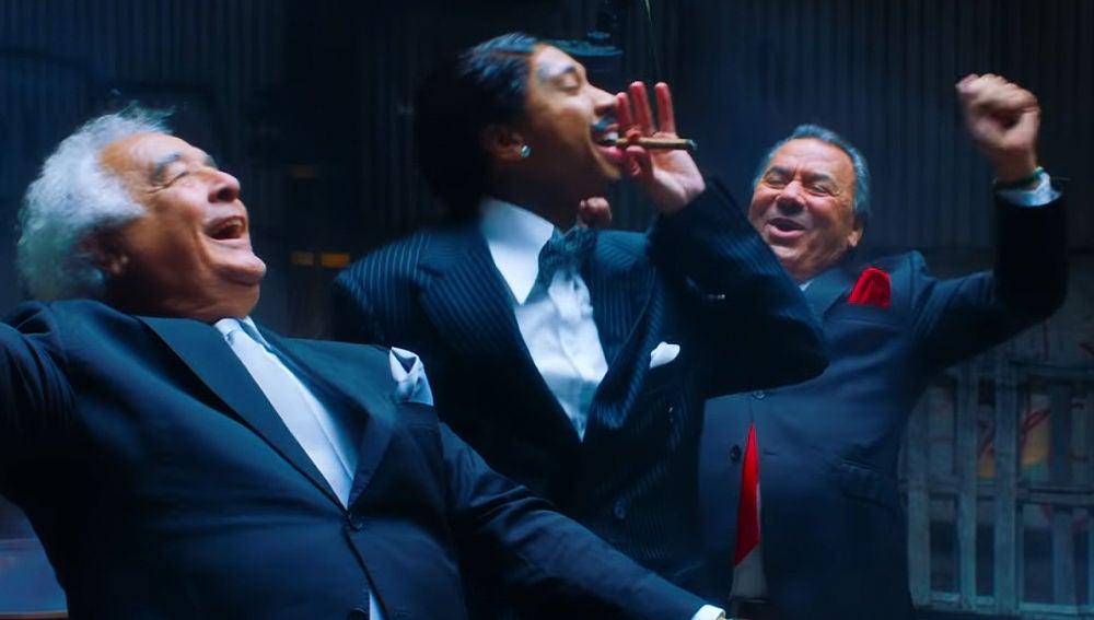 Los del Río y Tyga en el videoclip de 'Ayy Macarena'