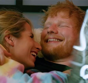 Cherry Seaborn y Ed Sheeran en el vídeo de 'Pull It All On Me'