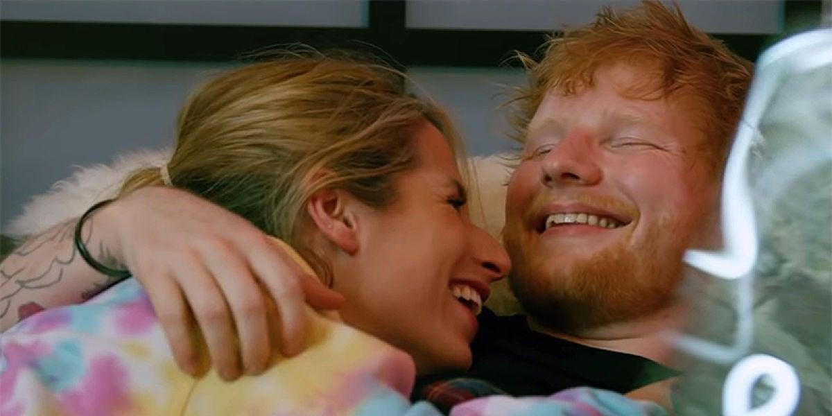 Cherry Seaborn y Ed Sheeran en el vídeo de 'Pull It All On Me'