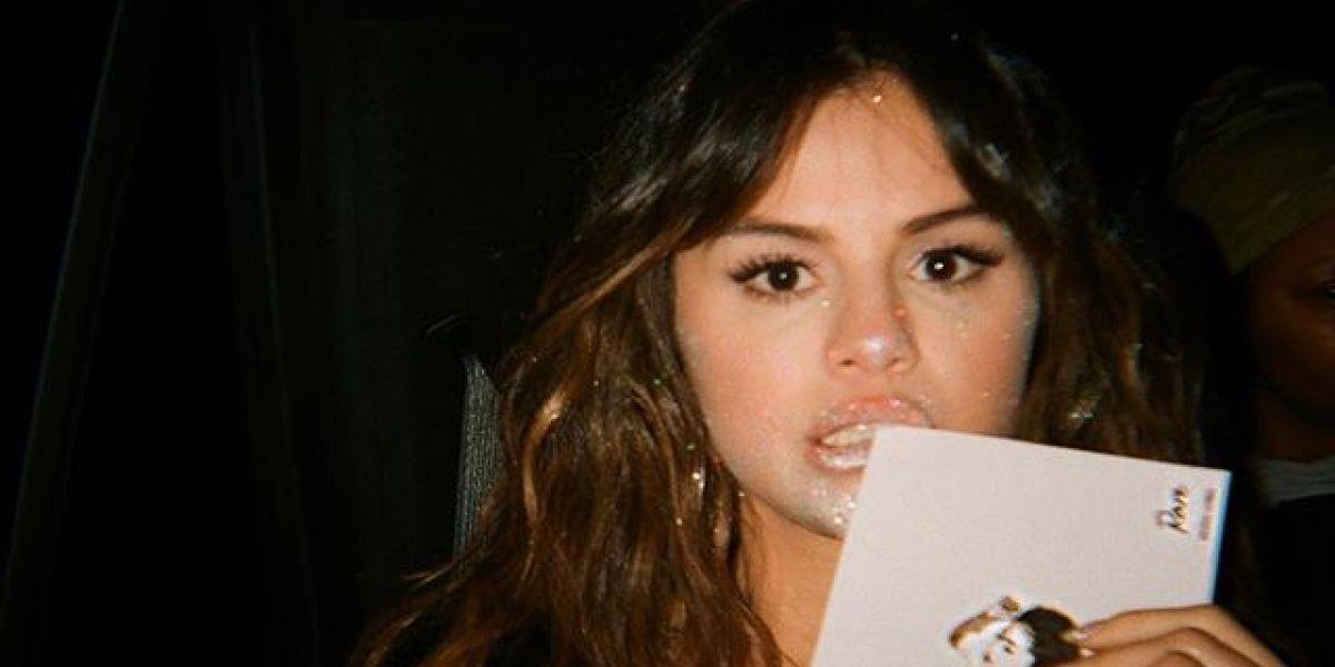 Selena Gomez con su álbum 'Rare'