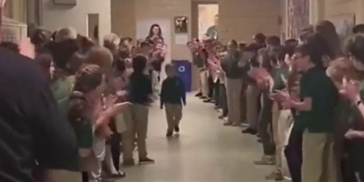Un niño de seis años supera un cáncer y es recibido por sus compañeros del colegio con una gran ovación