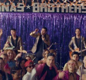 Los Jonas Brothers en el videoclip de 'What A Man Gotta Do'