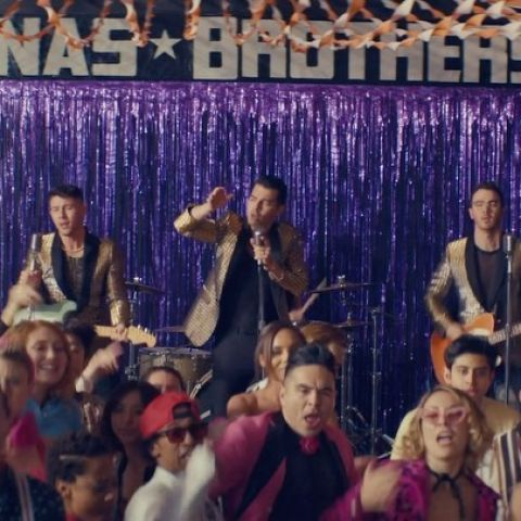 Los Jonas Brothers en el videoclip de 'What A Man Gotta Do'