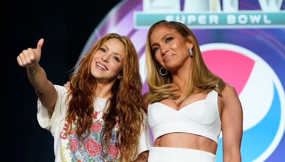 Shakira y Jennifer Lopez hablando sobre su espectáculo en la Super Bowl