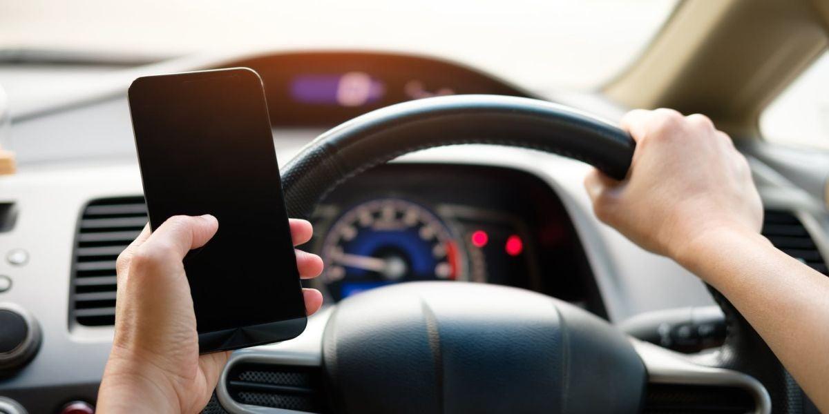 Conducir usando el móvil