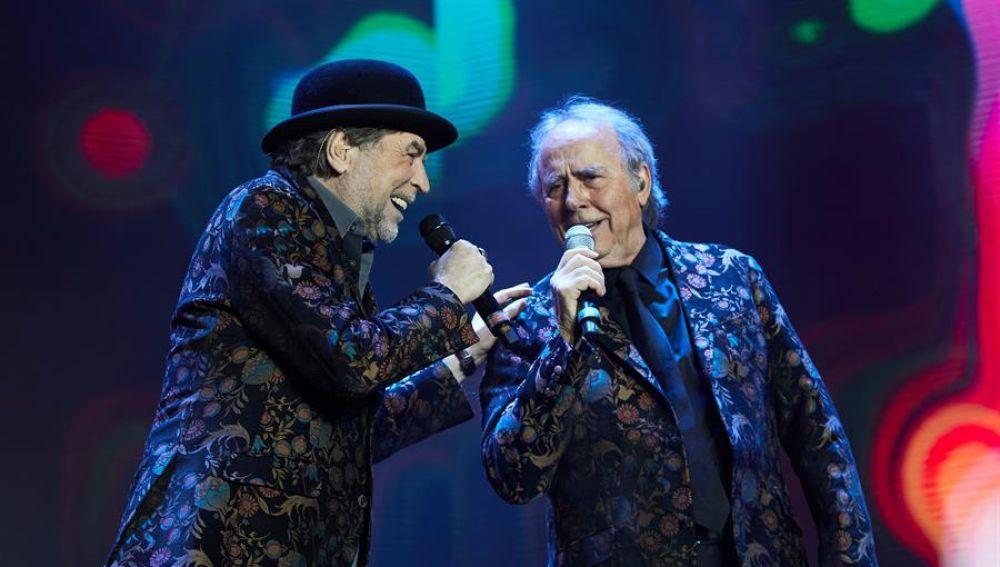 Joaquín Sabina junto a Joan Manuel Serrat durante el concierto en Madrid