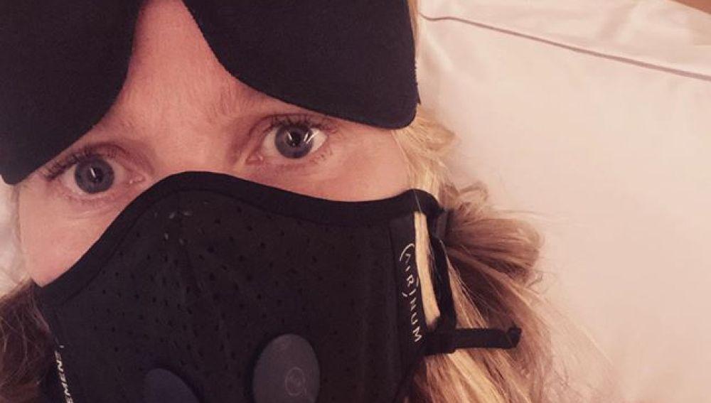 Gwyneth Paltrow viajando con mascarilla