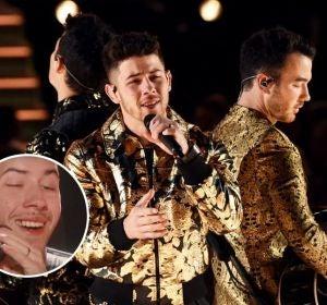 Nick Jonas durante su actuación en los Grammys