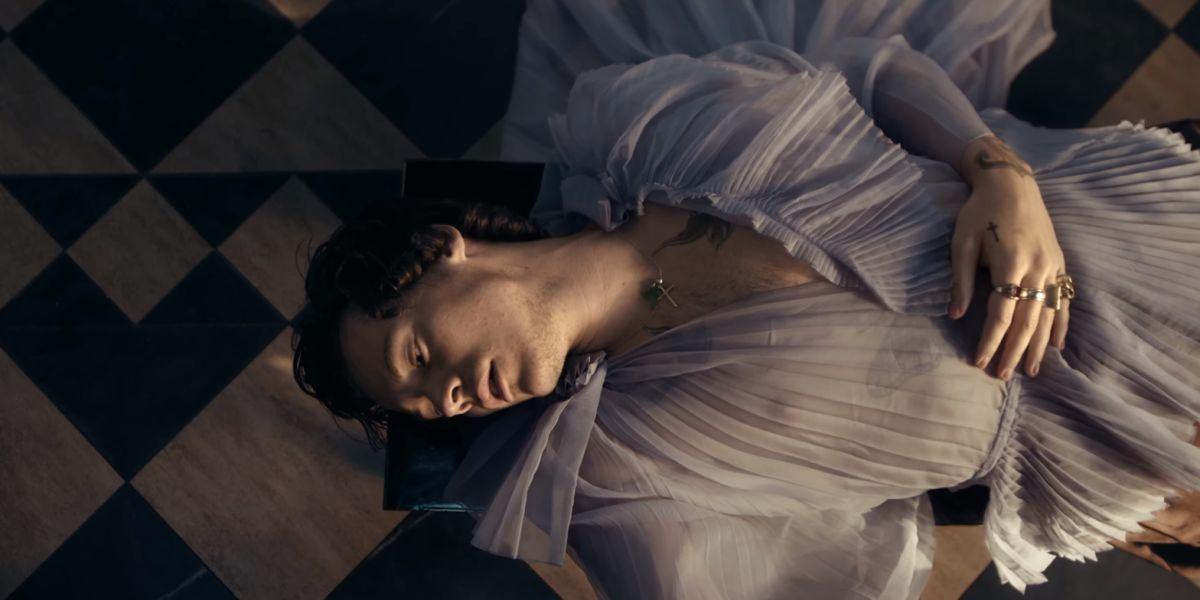 Harry Styles en el videoclip de 'Falling'