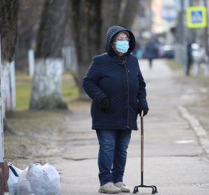 Mujer con mascarilla en plena alerta por coronavirus