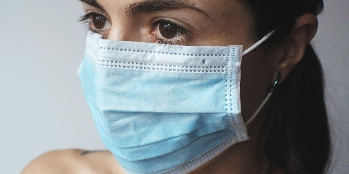 Una mujer con una mascarilla quirúrgica