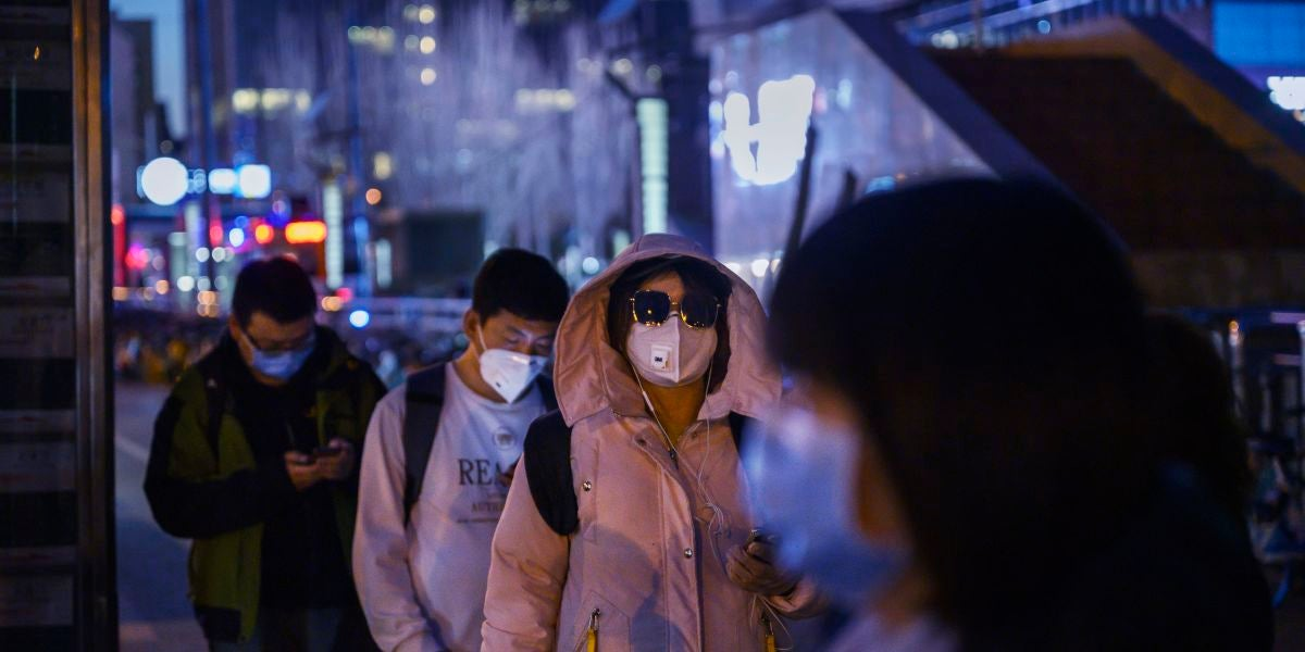 Ciudadanos con mascarillas en China