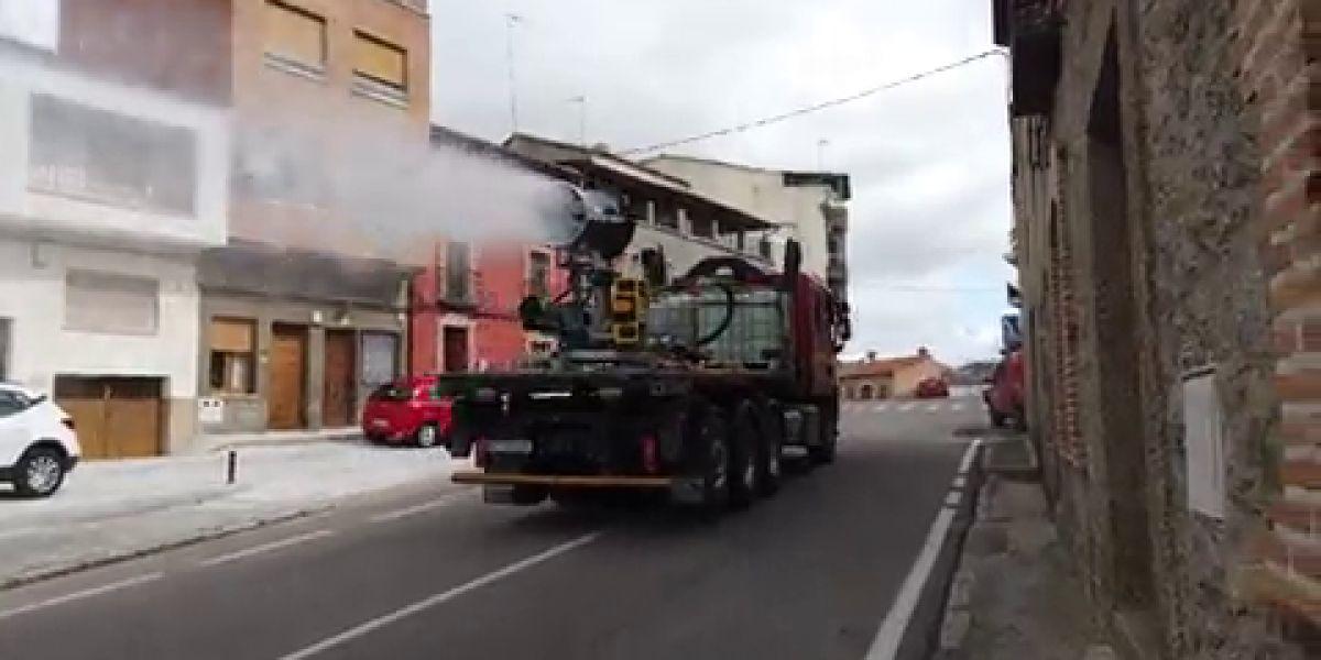 La UME desinfecta las calles de Castillo de Bayuela (Toledo)