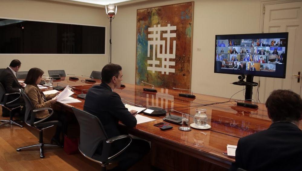 Pedro Sánchez hablando con los presidentes autonómicos