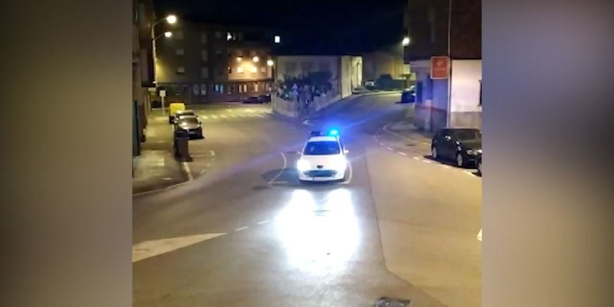 Policía Nacional de Noreña leyendo 'la carta' de Pikachu