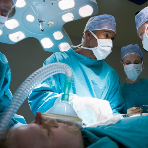 Médicos atendiendo a un paciente