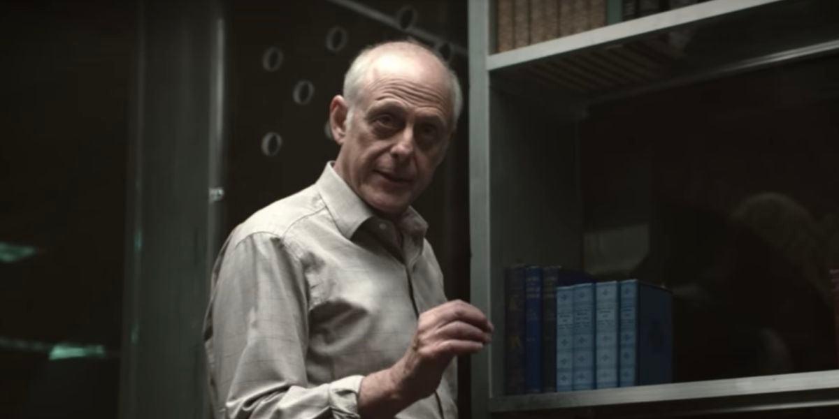 Mark Blum como Mr. Mooney en 'You'