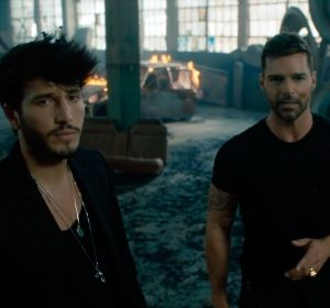 Sebastián Yatra y Ricky Martin en el vídeo de 'Falta Amor'