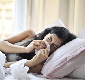 Una mujer enferma en la cama