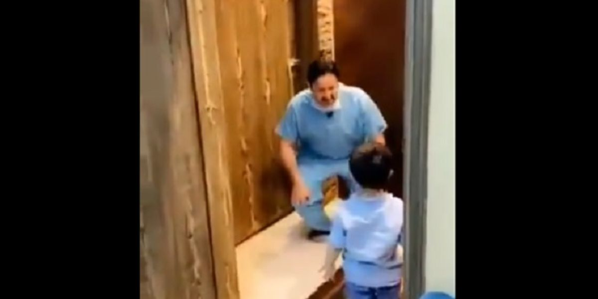 Un médico de Arabia Saudí rompe a llorar por no poder abrazar a su hijo