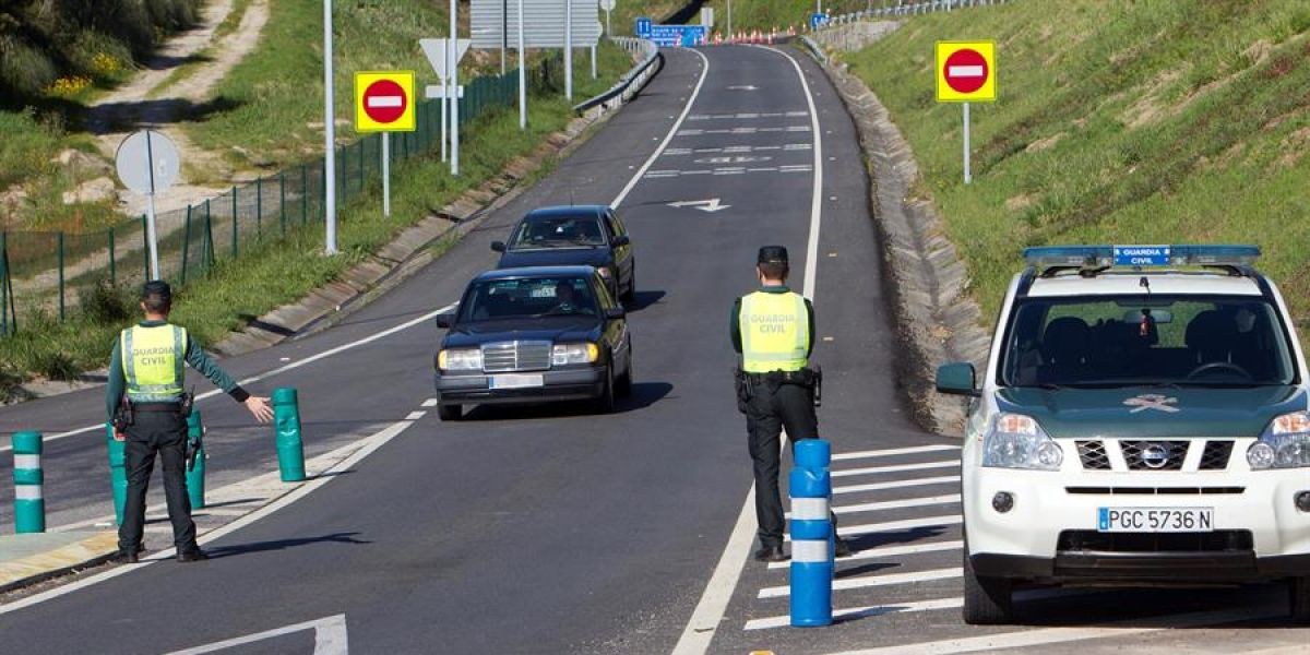 La Guardia Civil realiza un control de carretera.