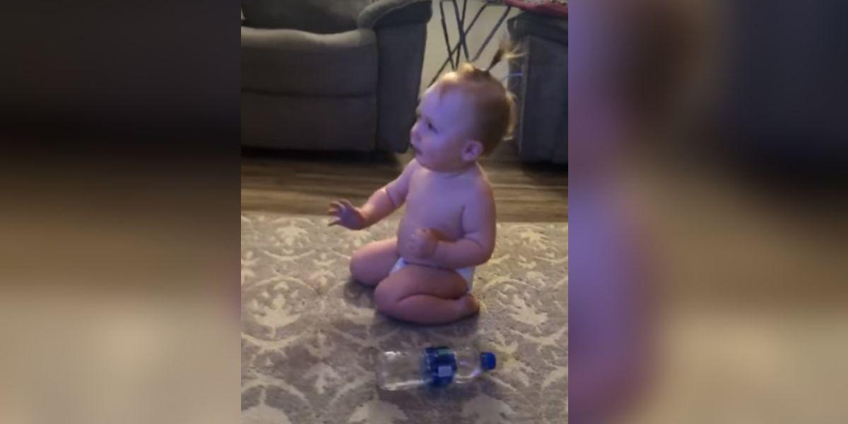 La divertida reacción de una bebé al conseguir el 'reto de la botella'