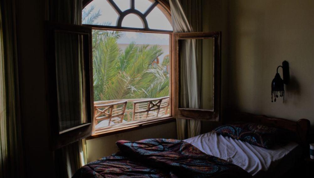 Un dormitorio con la ventana abierta