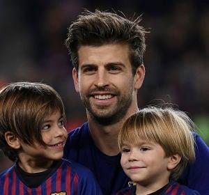 Gerard Piqué con sus hijos milan y Sasha