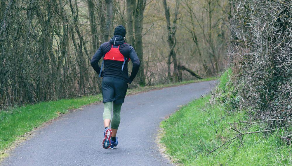 Un hombre corre por una carretera rural