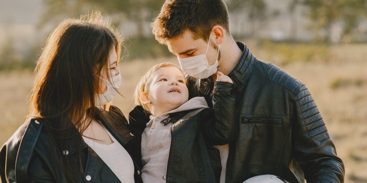 Una familia con mascarillas
