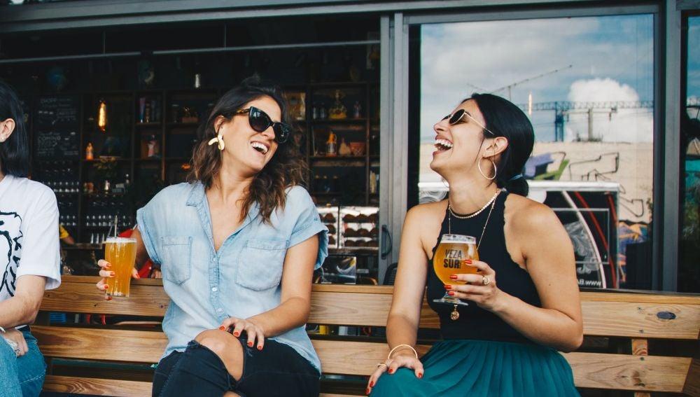 Dos chicas en una terraza