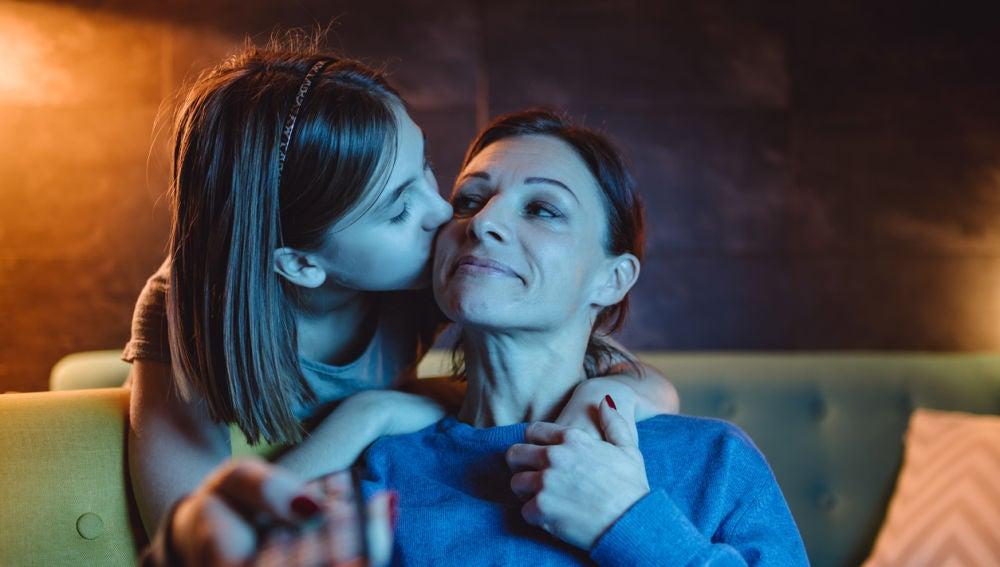 Madre e hija viendo la televisión